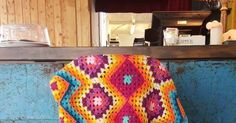 Deken is gehaakt met Stylecraft special DK  Gemiddeld 2 bollen per kleur     Hier vind je het begin van de beschrijving van mijn deken ...