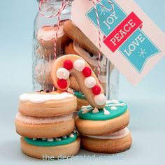 Super-cute decorated holiday cookies: How to make bite-size Christmas cookies in a jar. Great handmade gift idea for the holiday season! Cute Christmas Cookies, Christmas Cookie Exchange, Holiday Cookies, Christmas Treats, Christmas Baking, Christmas Time, Bite Size Desserts, Sweet Desserts, Sweet Recipes