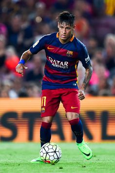 Neymar Photos - Neymar of FC Barcelona runs with the ball during the Joan Gamper trophy match at Camp Nou on August 2015 in Barcelona, Spain. - Barcelona v AS Roma - Pre Season Friendly Best Football Players, Football Is Life, Soccer Players, Football Moms, Soccer Guys, Soccer Stars, Fc Barcelona, Barcelona Catalonia, Neymar Jr