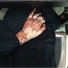 Arabic henna design. Love the big fat roses. #khaleej #uae