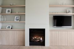 Noë Fireplace Built Ins, Home Fireplace, Fireplace Surrounds, Fireplace Design, Interior Design Living Room Warm, Living Room Modern, Home Living Room, Attic Bedroom Decor, Modern Country Style
