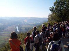 Groupe de randonneurs devant la Cote de Jor en vallée Vézère