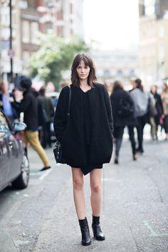 Marta Dyks offduty in London. Comment porter le total look noir? http://dresslikeaparisian.com/fr/comment-porter-le-noir/