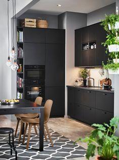 IKEA kjøkken med KUNGSBACKA fronter i svart (sjekk hyllen til bøker)