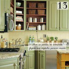 Removendo as portas de alguns armários superiores revelam o espaço interno, fazendo com que a cozinha pareça maior. Pinte o interior com uma cor viva para apimentar sua cozinha ainda mais.