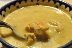 Karrysuppe med svinekød, kokosmælk. peberfrugt og pikantost