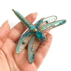 The Latest Trend in Embroidery – Embroidery on Paper - Embroidery PatternsThis Do It Yourself Antique Brooch is incredibly easy and oh-so-clever. Customize to match, wear it, give it as a gift. Paper Embroidery, Bead Embroidery Jewelry, Beaded Embroidery, Embroidery Patterns, Antique Brooches, Brooches Handmade, Handmade Jewelry, Bead Crafts, Jewelry Crafts