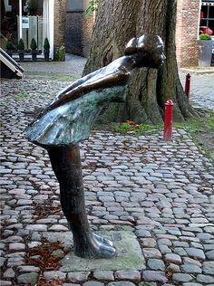 Sjer Jacobs - b.1963 - Kissing Girl, Vismarkt, Middelburg, Zeeland.