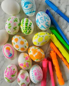 hoppy easter I've been so inspired lately by illustrator (and dear friend) Margaret McCartney 's new highlighter pen drawing series. I love her patterns and funky neon recoloring of famil Easter Egg Dye, Coloring Easter Eggs, Hoppy Easter, Egg Coloring, Ostern Party, Diy Ostern, Easter Crafts, Holiday Crafts, Crafts For Kids