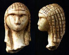 Dame de Brassempouy (Landes) ou Dame à la Capuche / 29 à 22 000 ans BP, Paléolithique supérieur / fragment de statuette en ivoire (3,65 cm) constituant l'une des plus anciennes représentations de visage humain.