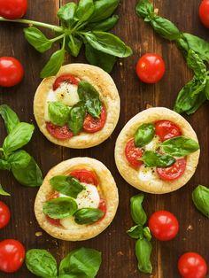 Koláčiky s mozzarellou a paradajkami
