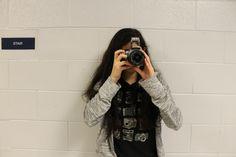 Este soy yo, obviamente. Yo era una fotografa para la Semana Internacional y tuve mucho diversion cuando fui tomando fotos y documentado las otras clases que se divierten y la documentacion de todo el proceso.