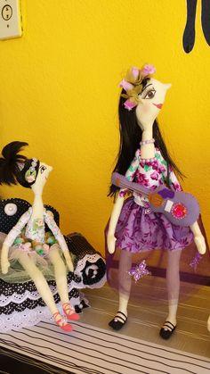 aqui a July e sua irmã mais nova Beatriche. Disney Characters, Fictional Characters, Disney Princess, Kid Sister, Fabric Dolls, Luxury, Fantasy Characters, Disney Princesses, Disney Princes