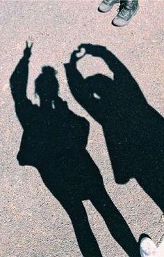 Cute Friend Pictures, Cool Girl Pictures, Friend Photos, Best Friends Shoot, Cute Friends, Shadow Photography, Girl Photography Poses, Family Photography, Illusion Fotografie