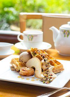 Appke Tatin   The other end of the carefully stewed Shinshu apple a popular royal milk tea ice cream  Manpei Hotel cafe terrace × DANDOY