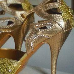 Sandália customizada por Anne Fatah.