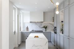 5 Gorgeous Kitchens With Marbleized Engineered Stone Types Of Kitchen Countertops, Marble Kitchen Counters, White Countertops, Kitchen Interior, Kitchen Decor, Kitchen Design, Modern Farmhouse Kitchens, Cool Kitchens, Layout Design