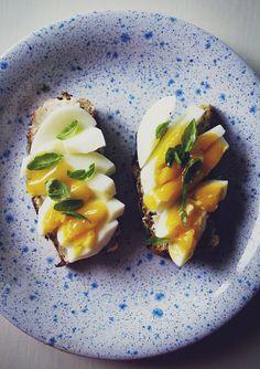 perfekt ägg på bovete- och kokosmjölsbröd