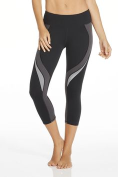 A spiral contrast design keeps your stems looking slim and sweat-free with high performance features. That doesn't mean you can skip your workout though! | Lexi Capri - Fabletics