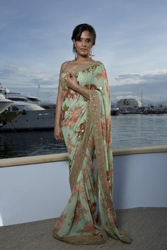 Richa Chadda at Cannes Film Festival 2015 : Richa looked lovely in a floral Sabyasachi ensemble with a clutch that matched her blouse. Her hairstyle and makeup is perfect. Pretty!