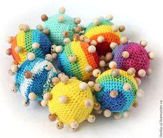 Купить или заказать Тактильный мячик в интернет-магазине на Ярмарке Мастеров. Мячик для развития мелкой моторики у детей старше 1 года. Внутри пластмассовый шарик, гремит, как погремушка. Нитки 100% хлопок с ввязанными можжевеловыми бусинами. Могу связать мячики различных цветов: радужный, синий, голубой, красный, розовый, желтый, оранжевый, зеленый и т.д. по вашему желанию. Стоимость указана за 1 однотонный мячик диаметром 6 см без учета бусин.