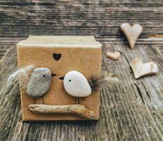 Es gibt grosse Wünsche die in eine kleine Geschenkbox passen. Vogel aus Stein mit Herz. 6 cm lang, 6 cm breit und 3.5 cm tief. sFr. 22.- Ring Verlobung, Godchild, Birds, Stocking Stuffers, Gift Cards, Valentines Day, Invitations, Heart
