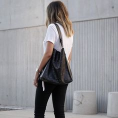 The Junai bag worn by Blogger toogoldstreet, the perfect gift for the holiday season.
