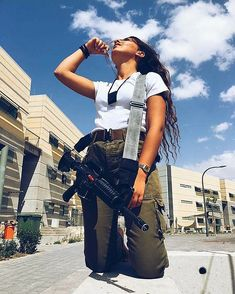 Israeli Girls, Idf Women, Powerful Pictures, Jewish Girl, Brave Women, Female Soldier, Military Women, Poses, Portrait