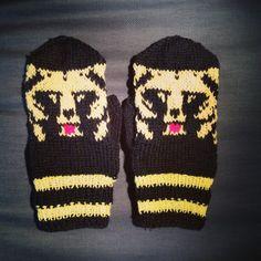 Karhu lapaset Knitting Patterns Free, Free Knitting, Baby Knitting, Mittens, Ravelry, Gloves, Harry Potter, Socks, Babies