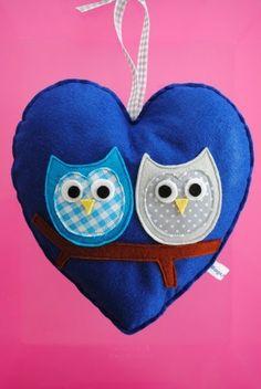 Mooie grote harten van vilt, versierd met 2 uiltjes op een tak.  De afm. van de harten is:  21cm x 21 cm (excl. de ophanglus)