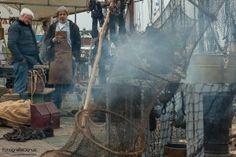Nautische markt tijdens de Vlootdag in de Zuiderhaven in Harlingen. Het is de feestelijke start van het seizoen van de bruine vloot.