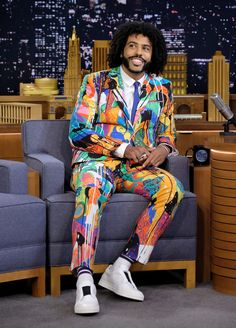 Daveed Diggs : Agnés B. Graffiti Print Single Breasted Suit and White Dress Shirt from the Fall 2018 Collection / Paul Smith Blue Silk Skinny tie / Pierre Hardy White Leather Slip-on Sneakers Pierre Hardy, Celebrity Crush, Celebrity Style, Daveed Diggs, Tonight Show, Striped Socks, Jimmy Fallon, Celebs, Celebrities