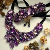 Emotion - O alegere excelentă pentru o femeie încrezătoare! Acest set se poartă cu stil, atitudine si ținută tematică. Set format din colier, bratara si cercei handmade, realizat folosind multe perle, cristale multicolore de diferite forme, dimensiuni și culori. Comenzi pe www.boemo.ro