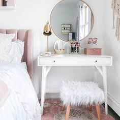 15 Cool Bedroom Vanity Design Ideas - Page 5 of 15 - Bedroom Design Small Bedroom Vanity, Mirror Bedroom, Bedroom Makeup Vanity, Vanity Bathroom, Small Space Bedroom, Makeup Table Vanity, Makeup Desk, Makeup Rooms, Small Bedroom Office