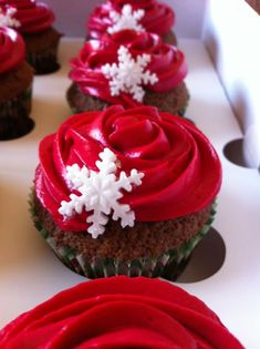 When it comes to Christmas party, we can't think of Christmas desserts, including cupcakes, cheesecakes and cookies. Holiday Cupcakes, Holiday Desserts, Holiday Baking, Christmas Cupcakes Decoration, Best Christmas Recipes, Christmas Deserts, Christmas Cakes, Xmas Food, Christmas Cooking