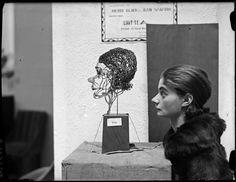Hilda Dans face à sa sculpture, Paris, ca 1930, André Kertész.