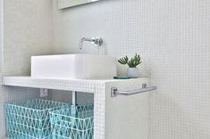 Un meuble sur mesure s'intègre parfaitement à la salle de bains