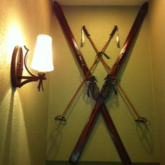Antique skis add a vintage flare to any ski chalet. or florida home. Mountain Cabin Decor, Ski Lodge Decor, Lake Decor, Vintage Ski Decor, Rustic Decor, Vintage Style, Ski Chalet, Condo Decorating, Lodge Style