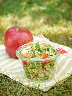 Brokkoli-Salat mit Apfel, Paprika und Pinienkernen Broccoli salad with apple, pepper and pine nuts Roast Recipes, Raw Food Recipes, Salad Recipes, Cooking Recipes, Healthy Recipes, Water Recipes, Food To Go, Love Food, Food And Drink