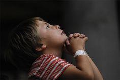 """""""Dios es nuestro amparo y fortaleza, nuestro pronto auxilio en las tribulaciones"""" (Sal.46:1) En los momentos de dificultad, tu Padre está contigo. Puedes refugiarte en Sus brazos y pedir Su ayuda. La elección de estar con el Señor o no estar, es solamente tuya, las consecuencias también. Sufrir con Dios y sufrir sin Él es muy diferente. No puedes controlar lo que te pasa en la vida, pero si puedes elegir como vas a enfrentarlo. Agárrate de la mano de Dios. (CPM) http://cpm.com.es"""