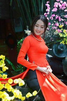 Love the Vietnam long dress she is wearing. Vietnamese Traditional Dress, Vietnamese Dress, Traditional Dresses, Sexy Asian Girls, Hot Girls, Bollywood, Asian Hotties, Oriental Fashion, Beautiful Asian Women
