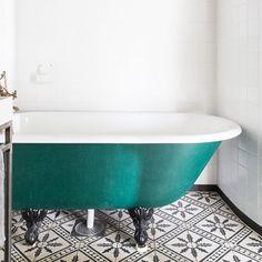 Glöm helvita badrum! Här är det snygga kaklet Palmblad från @marrakechdesign mot ett färgat badkar. Fler inspirerande golv, badkar, kommoder och väggar i färg hittar du på Houzz.se. #houzz #houzzse #bathroom