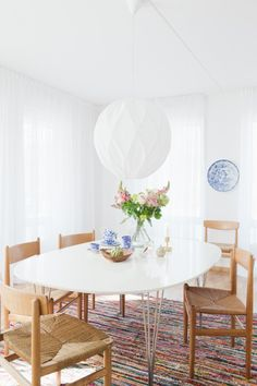 bright white dining room, Wegner and Mogensen chairs, rag rug | Photo: Malin Cropper, Stylist: Hanna Wessman