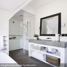 Der weiße Waschtisch mit grauer Steinplatte ist mit Regalfächern ausgestattet. So lassen sich Badutensilien ideal verstauen. In die ebenmäßige Steinplatte  …