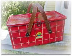 Vintage Picnic Tin, I have this one! Look Vintage, Vintage Tins, Vintage Kitchen, Vintage Shops, Vintage Antiques, Vintage Dolls, Vintage Picnic Basket, Vintage Baskets, Picnic Baskets