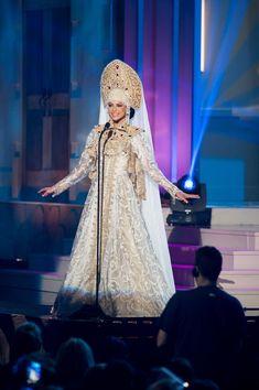 Участницы конкурса « Вселенная» поразили жюри и зрителей необычными национальными костюмами