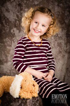 Focení dětí v ateliéru patří k další kategorii jak se fotí děti. Fotografování dětí v cizím prostředí není jednoduché. Důležitá je pohoda rodičů a důvěra ve fotografa. Profesionál nejen dokáže zachytit krásný úsměv dítěte, ale i vytváří zábavnou a pohodovou atmosféru :)