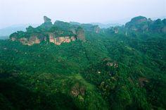 """e """"spettacolari"""" rocce rosse del paesaggio di  Danxia, nella Cina sud-occidentale Le nuove meraviglie naturali  Patrimonio dell'Umanità"""