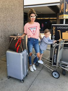 Distressed jeans, a pink t-shirt and white sneakers for a cool airport look Airport Travel Outfits, Travel Outfit Spring, Summer Airport Outfit, Summer Airplane Outfit, Airport Attire, Airport Look, Airport Style, Airport Chic, Airport Photos