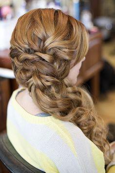 Recogido al lado con detalle de trenza y pelo suelto. Hair and Make-up by Steph